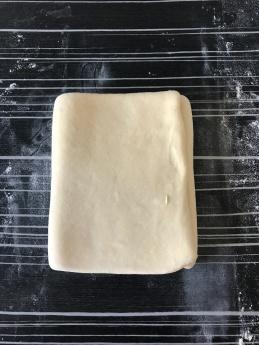 pivoter la pâte comme si c'était un livre