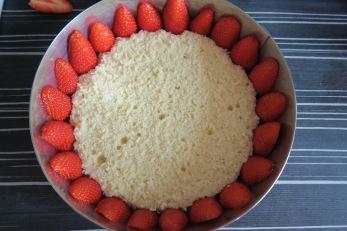 étape 1 mettre les fraises et la génoise